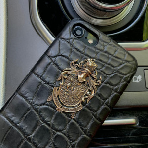 Дорогой чехол из чёрной кожи крокодила с фамильным гербом Mobcase 876